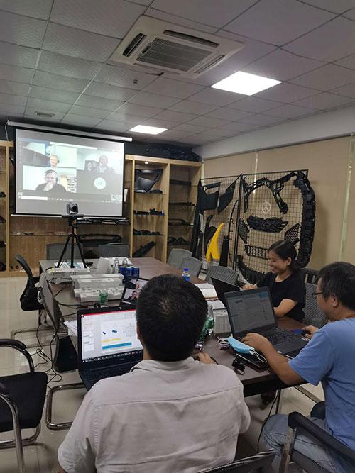 現在の流行状況では、ビデオ会議を通じてプロジェクトと顧客を結び付けています